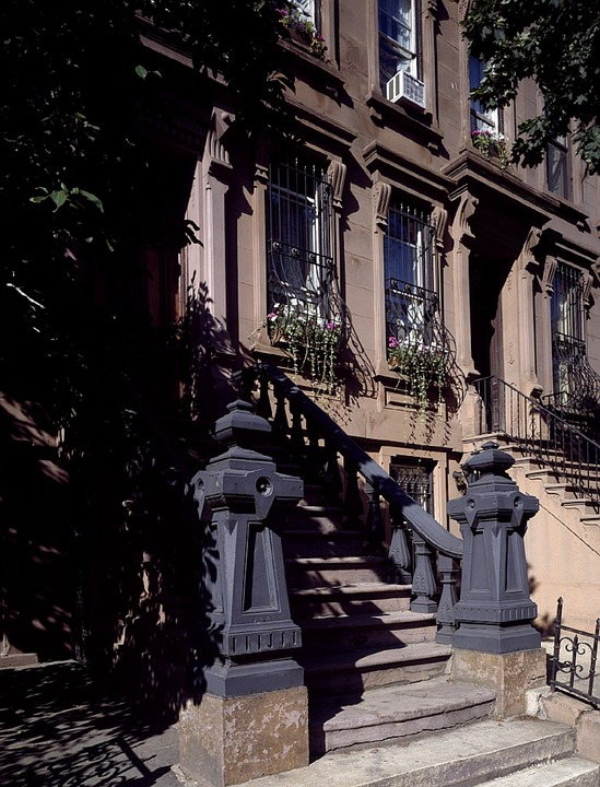 NYC; Manhattan brownstone apartments (image via pixabay.com)